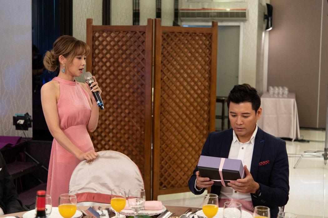 吳婉君(左)在婚禮上是暖場歌手。圖/三立提供