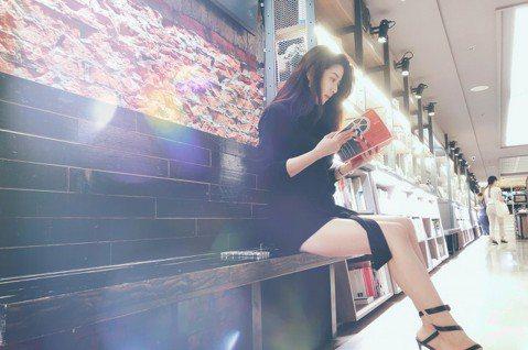 久未曝光的本土劇女神韓瑜,拍完「金家好媳婦」後,開啟休假模式,她不時在網上分享生活趣事,韓瑜近日與好姊妹何蓓蓓到東京旅行,韓瑜1日則在臉書曬看書照,她還自嘲是「裝用功」。只不過照片中,韓瑜穿一身黑、...