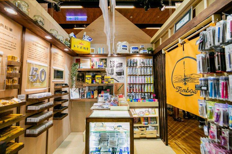 百年文具Tombow蜻蜓牌原味呈現昭和時期的復古雜貨店。圖/誠品提供