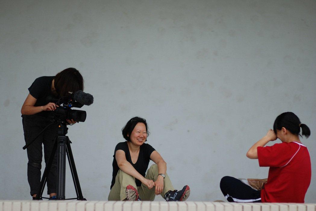 導演賀照緹與受訪者訪談。圖/牽猴子提供