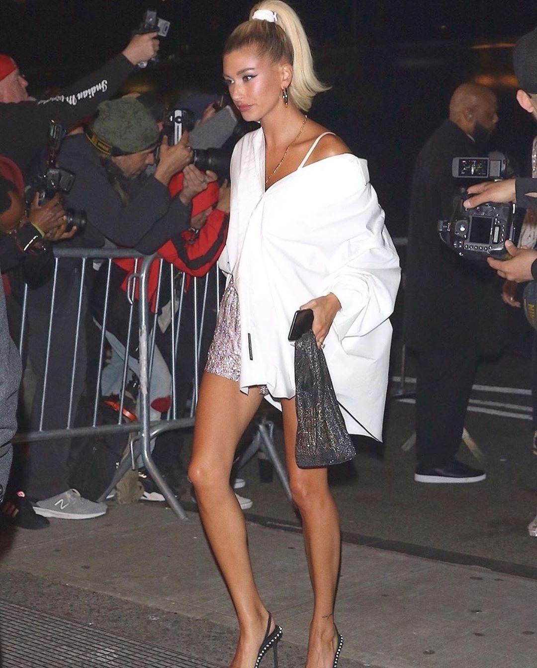 小賈斯汀的太太Hailey Bieber手拎wangloc mini shopp...