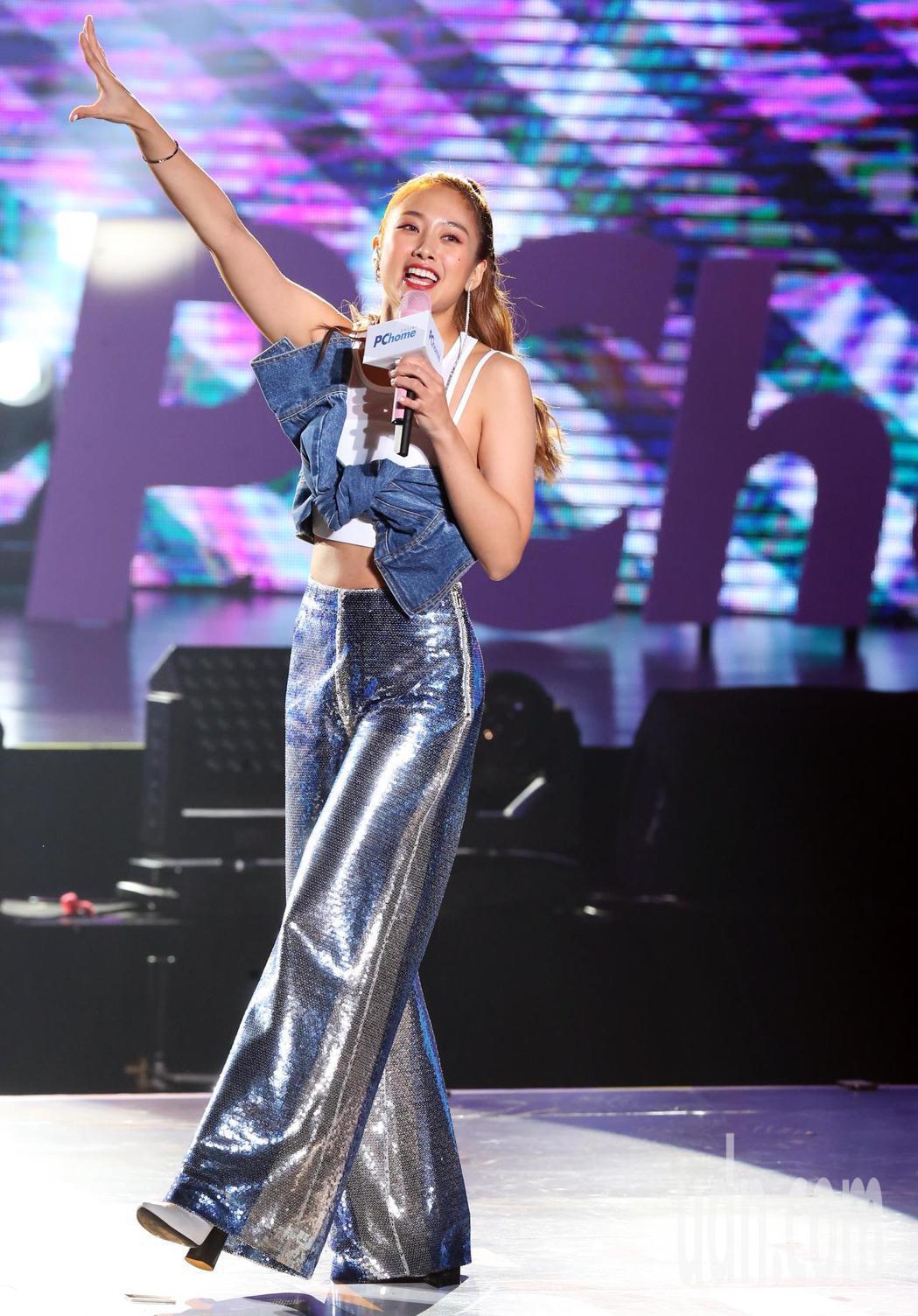 「 鬼鬼」 吳映潔晚上在PChome狂禮88嘉年華演唱會中開唱。記者徐兆玄/攝影