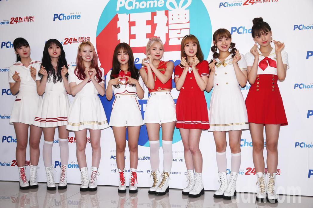 韓團人氣團體Weki Meki今晚在PChome狂禮88嘉年華演唱會中表演勁歌熱...