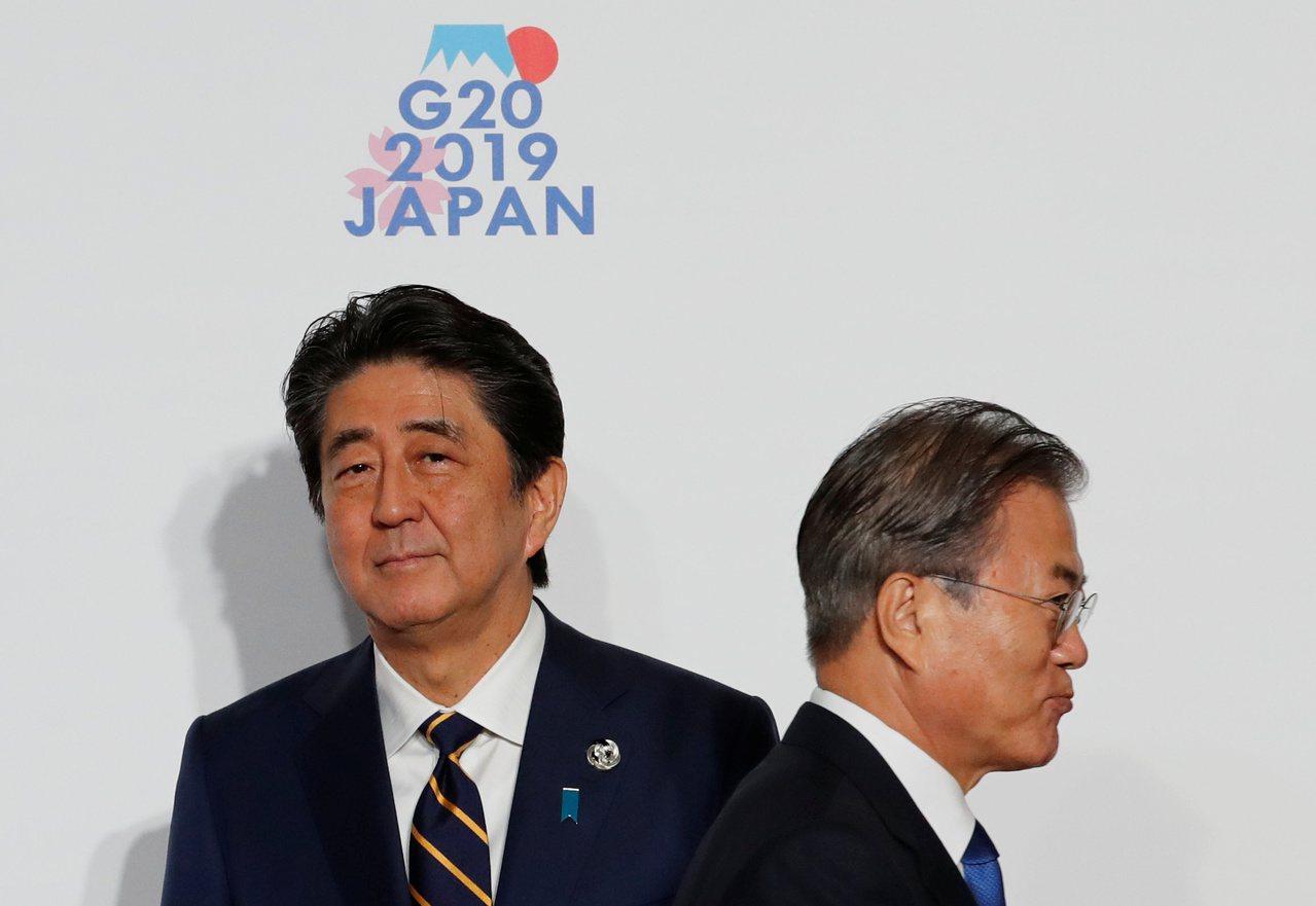 日本首相安倍晉三(左)與南韓總統文在寅(右)對彼此成見很深。路透