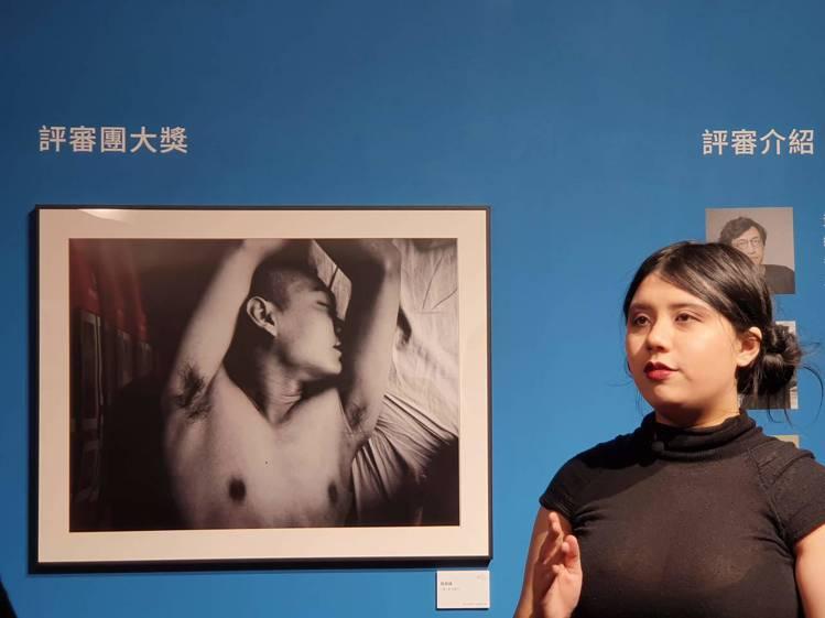 評審團大獎作品「陰與陽」與得獎者單澄茵。記者黃筱晴/攝影