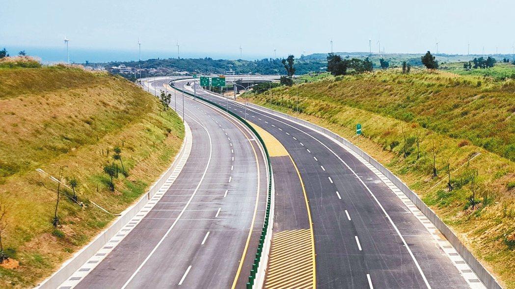 西濱白沙屯、通霄交流道間的北上路段建置區間測速設施,預計8月底完工。 圖/聯合報...