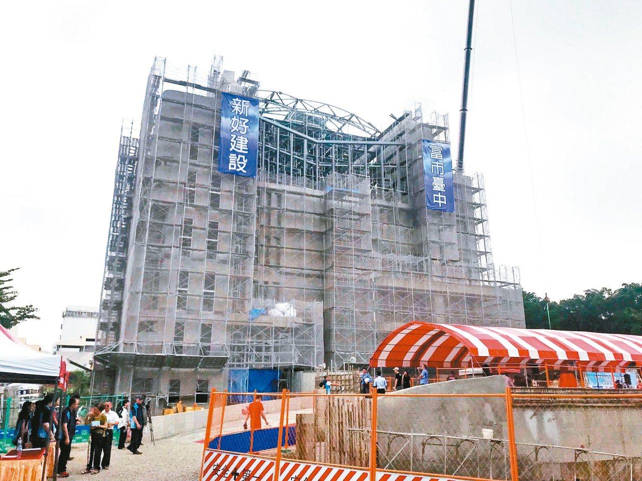 台中市南區長春運動中心昨天上梁,預計今年底完工。 記者洪敬浤/攝影