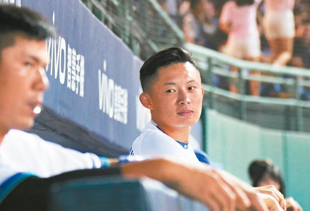 悍將首輪指名的投手江國豪(右)昨被拉上一軍隨隊,有機會成為今年新秀第一人。 圖/...