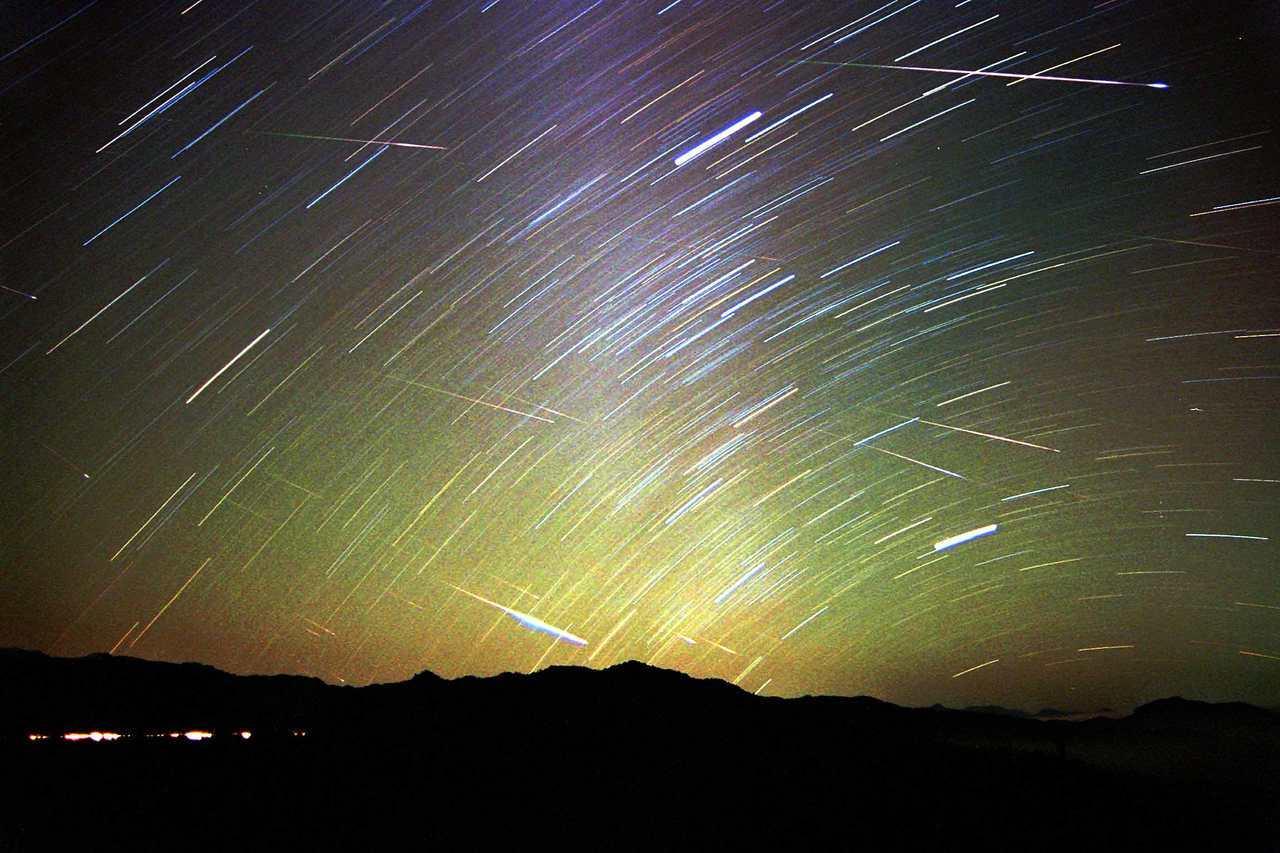 獵戶座流星雨極大期落於明天。圖為在阿里山區拍攝的獅子座流星雨軌跡圖。本報資料照片