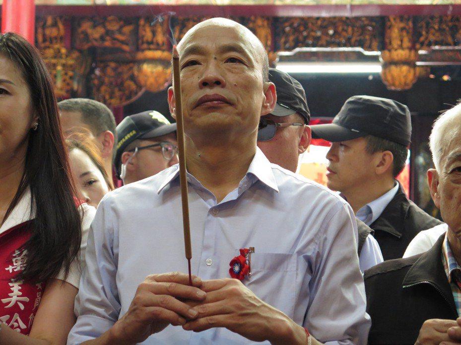 高雄市長韓國瑜獲提名後昨起展開下鄉拜會之旅,首站來訪桃園市走訪9大宮廟,早上11點多到桃園區景福宮參拜。 記者張裕珍/攝影