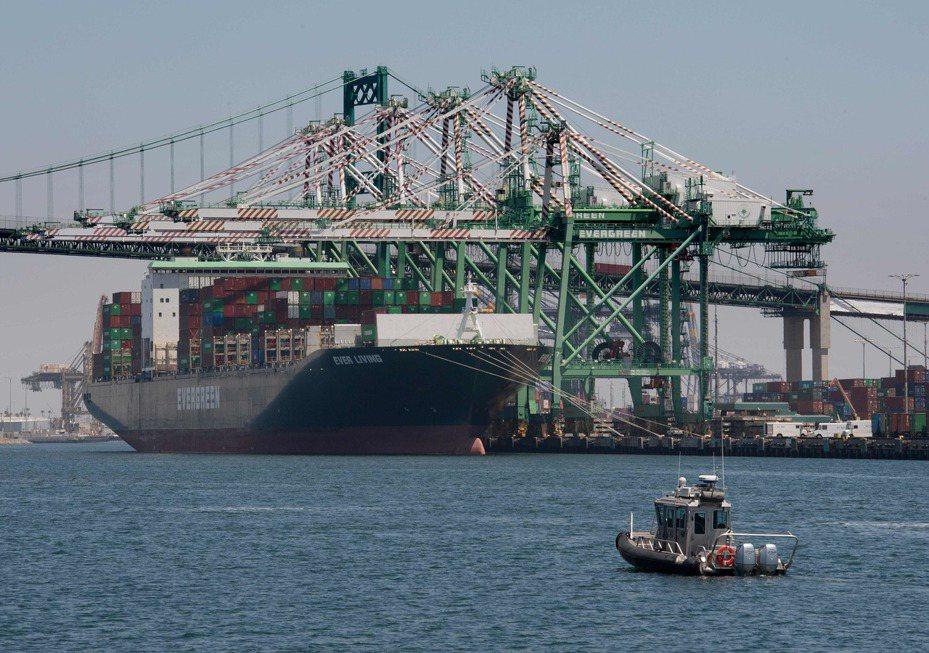 在美中恢復貿易談判之際,川普突然發難,宣布向中國進口貨加徵10%關稅,圖為一艘貨櫃輪在加州長堤港卸貨。(Getty Images)