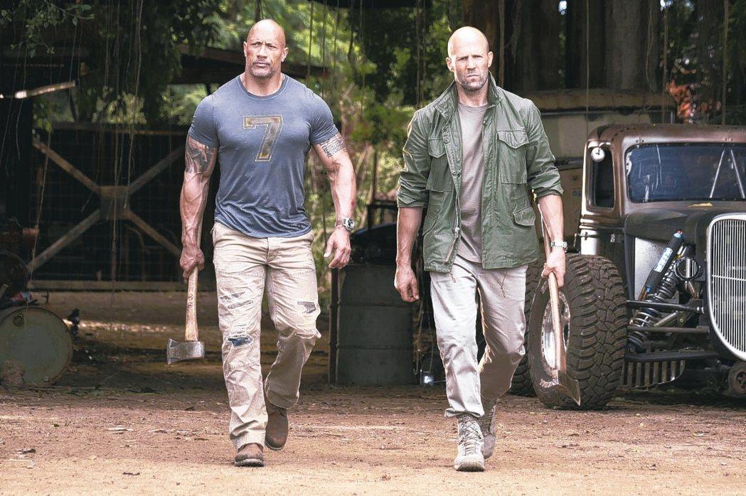 巨石強森(左)與傑森史塔森(右)合作的化學效應良好,多場特技動作戲都親自上陣。