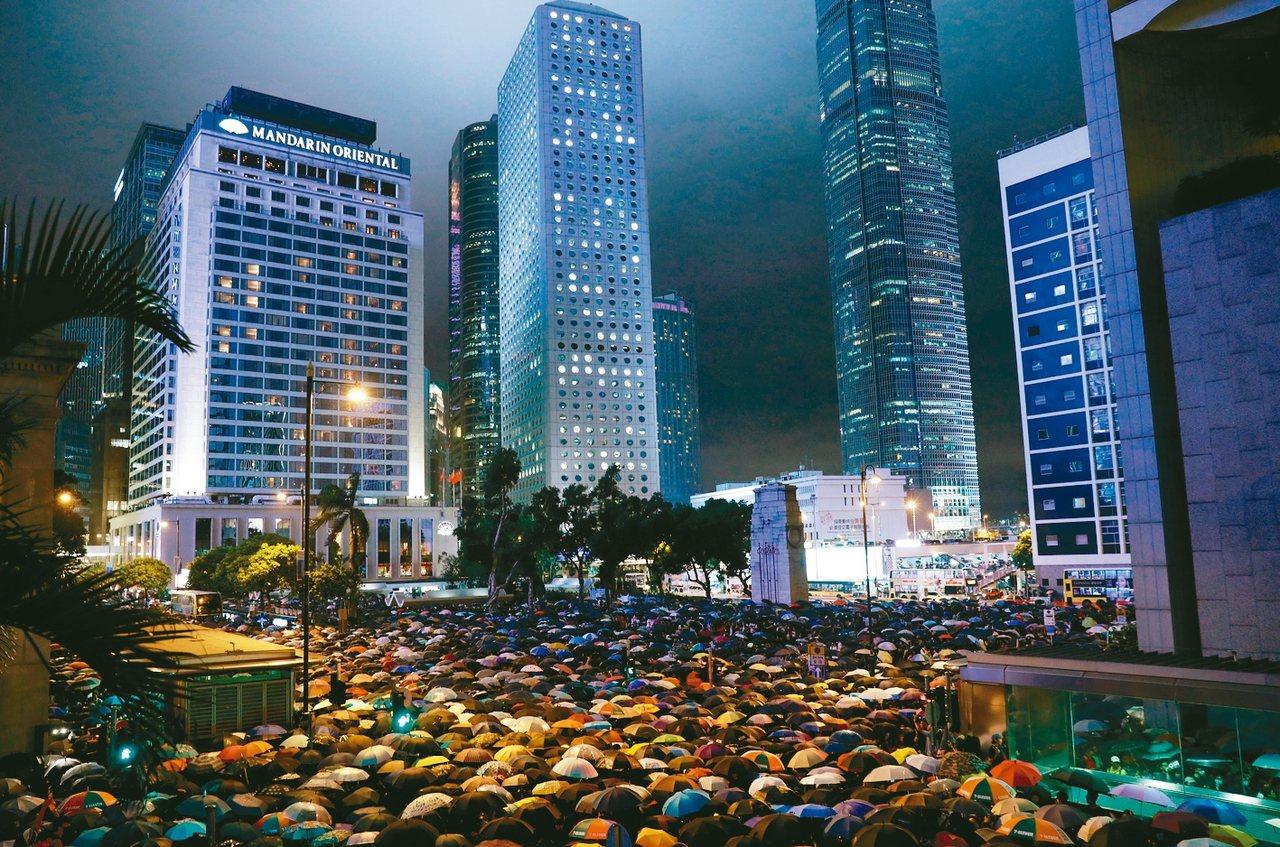 香港公務員8月曾在中環集會表達反送中立場。 圖/路透社