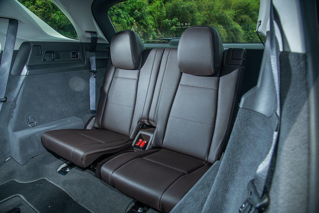 大改款賓士GLE首次提供第三排座椅可選,使人員承載數增加到7名,與GLC車系有更...