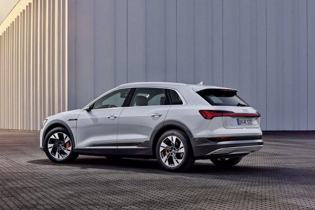 入門款Audi e-tron 50 quattro可透過120kW快速充電系統,...