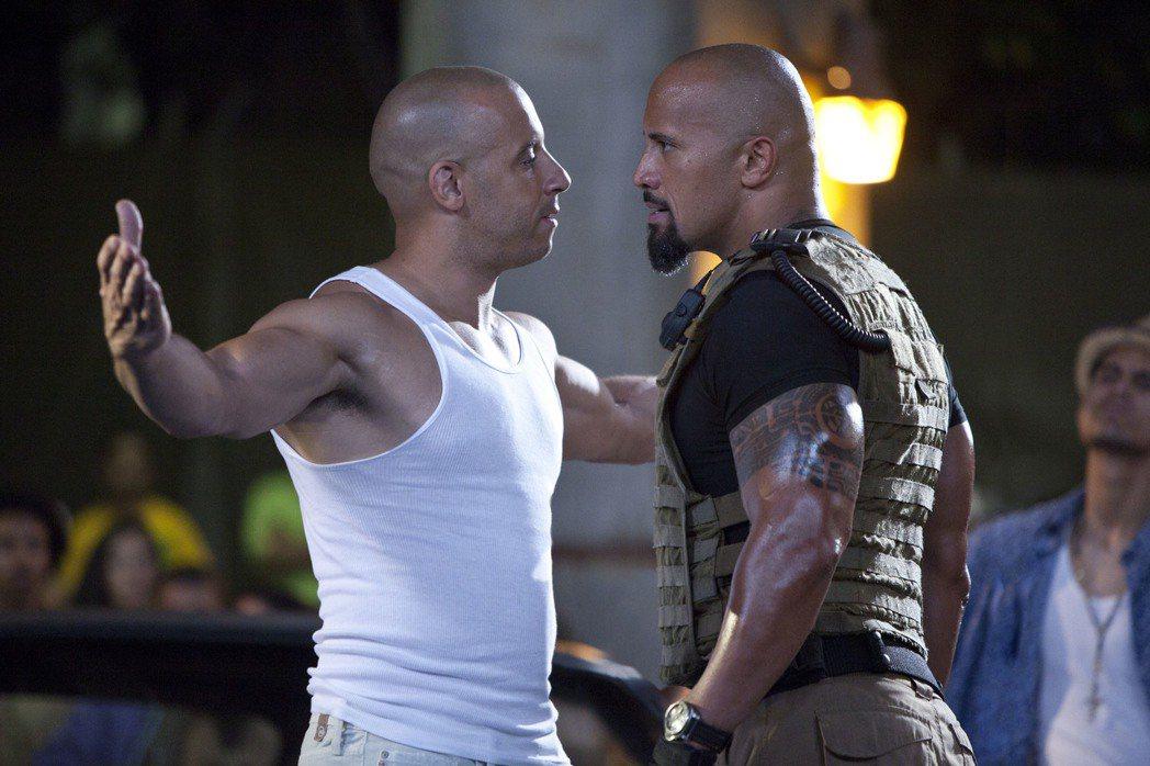 馮迪索(左)和巨石強森(右)在「玩命關頭5」互不相讓。 圖/環球提供