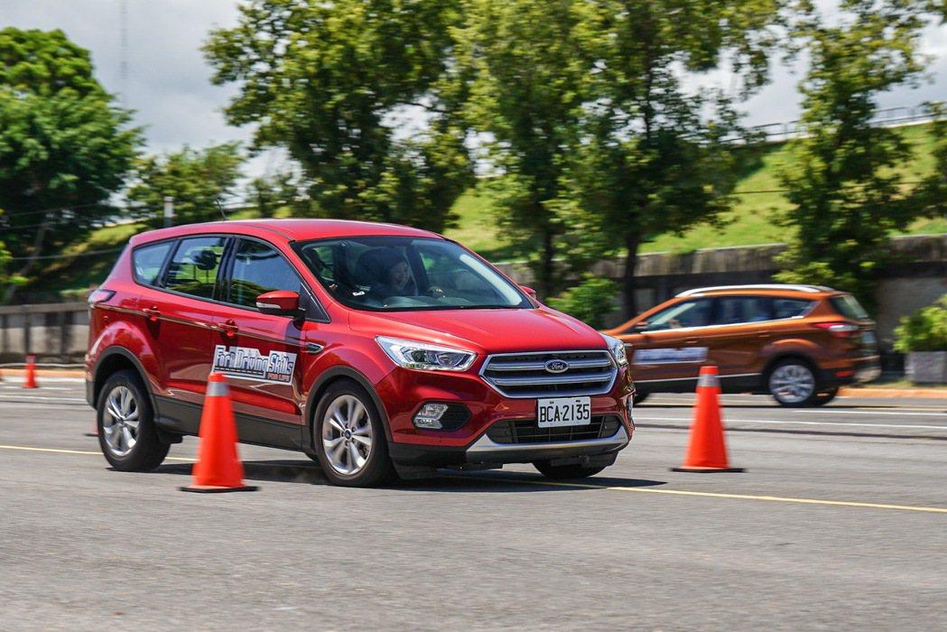 Ford安全節能駕駛體驗營當中的繞錐與麋鹿測試關卡,讓民眾學習緊急閃避技巧。 圖...
