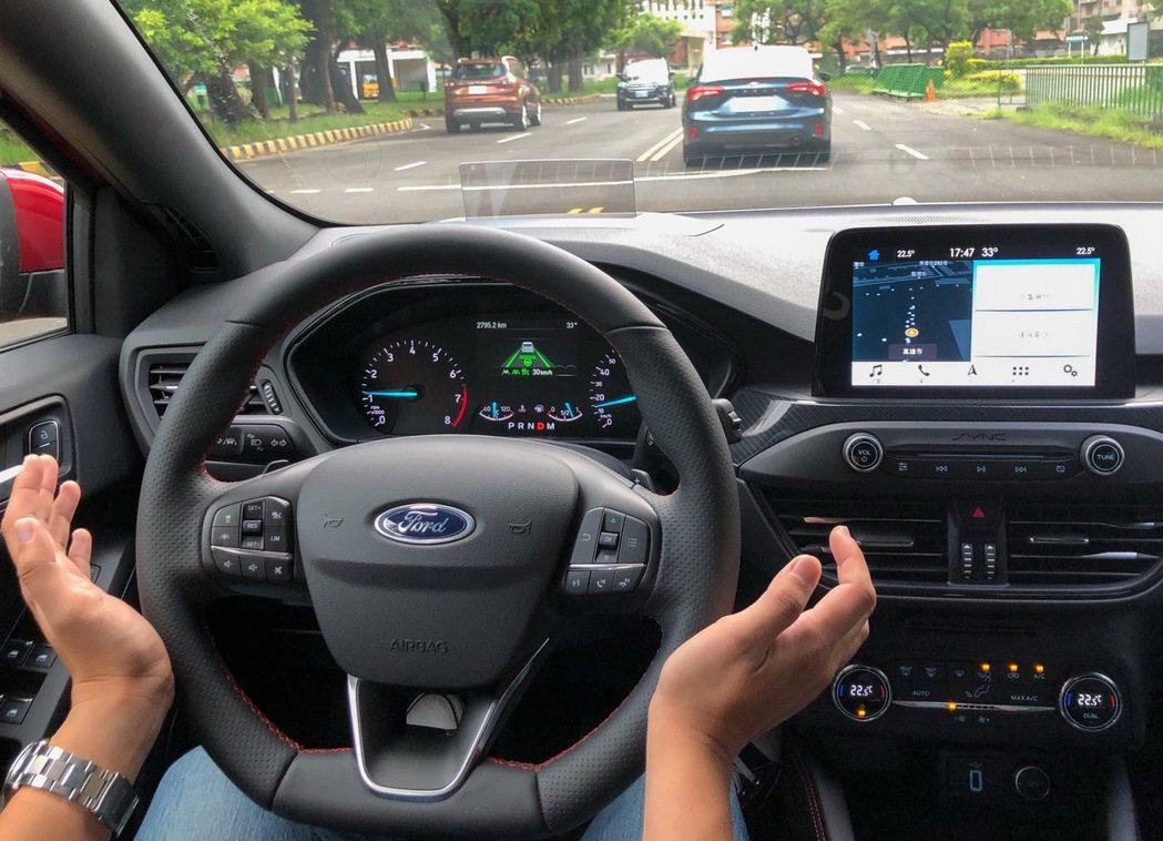 民眾於「Ford安全節能駕駛體驗營」實際體驗ACC Stop & Go全速域主動...