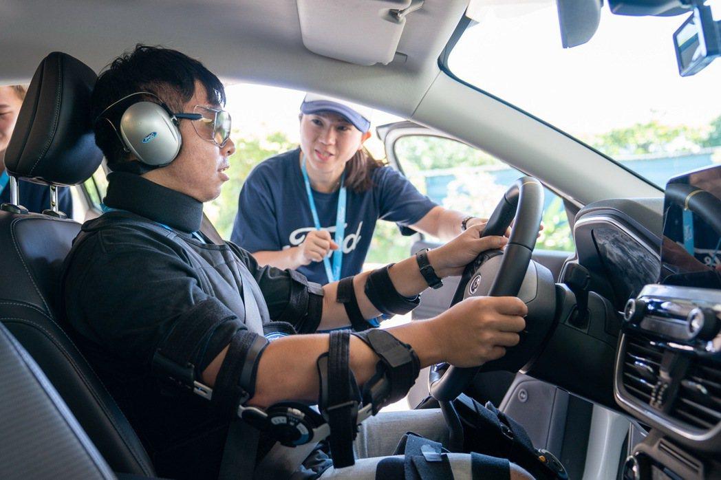 Ford全球獨家開發模擬裝備(含孕婦、高齡長者、疲勞駕駛、酒駕、宿醉等情境),提...
