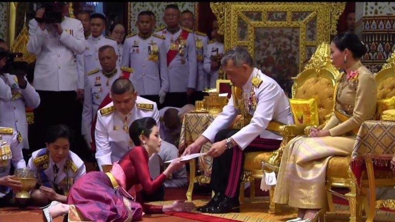 泰王納妃:圖為泰王哇集拉隆功7月28日67歲生日當天為詩尼娜進行冊封儀式。 (電視新聞影片截圖)