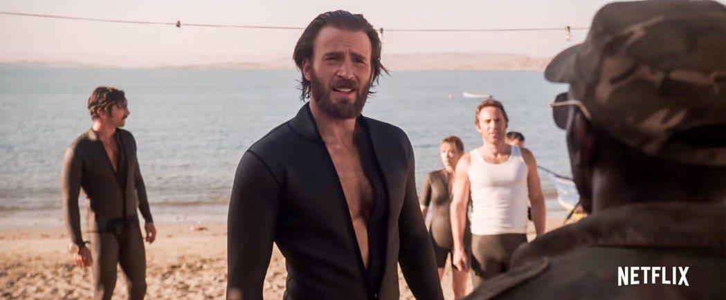 克里斯伊凡(中)回歸大鬍子、頹廢造型,主演「紅海深潛密援」。圖/摘自Netfli...