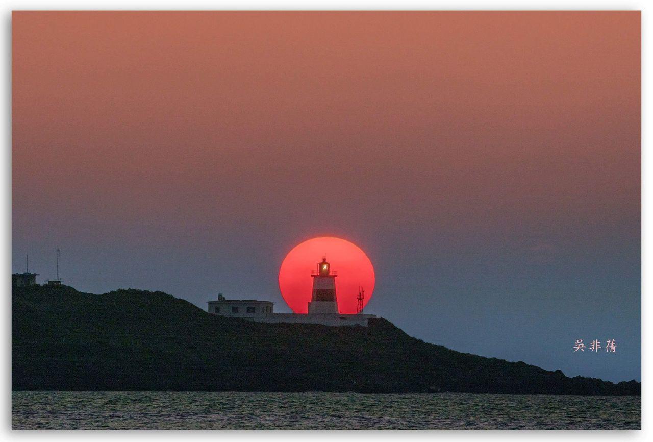 北海岸石門富貴角燈塔的「燈塔懸日」奇景,因夕陽落下角度的關係,只有到8月20日止...