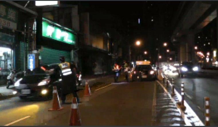 黑色汽車直接加速往新店方向逃逸,警方尾隨追了近5公里仍被該車鑽進巷弄內逃走。記者...