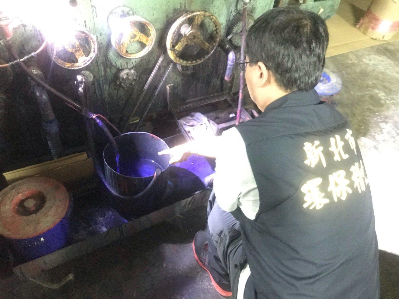 稽查人員發現璟豐廠內的桶子還有藍色廢液殘跡。圖/環保局提供