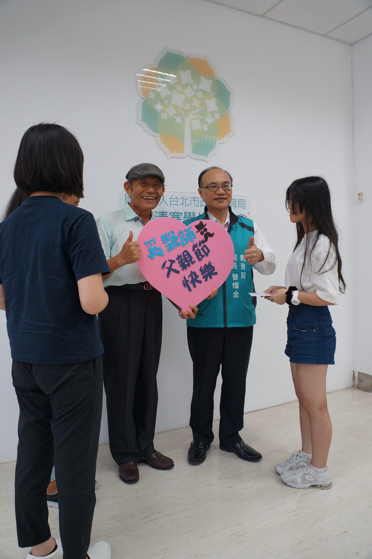 奚臺陽(左2)忙於公益,數十年不間斷笑稱,今年加入台北市教育局認助清寒學生基金會...