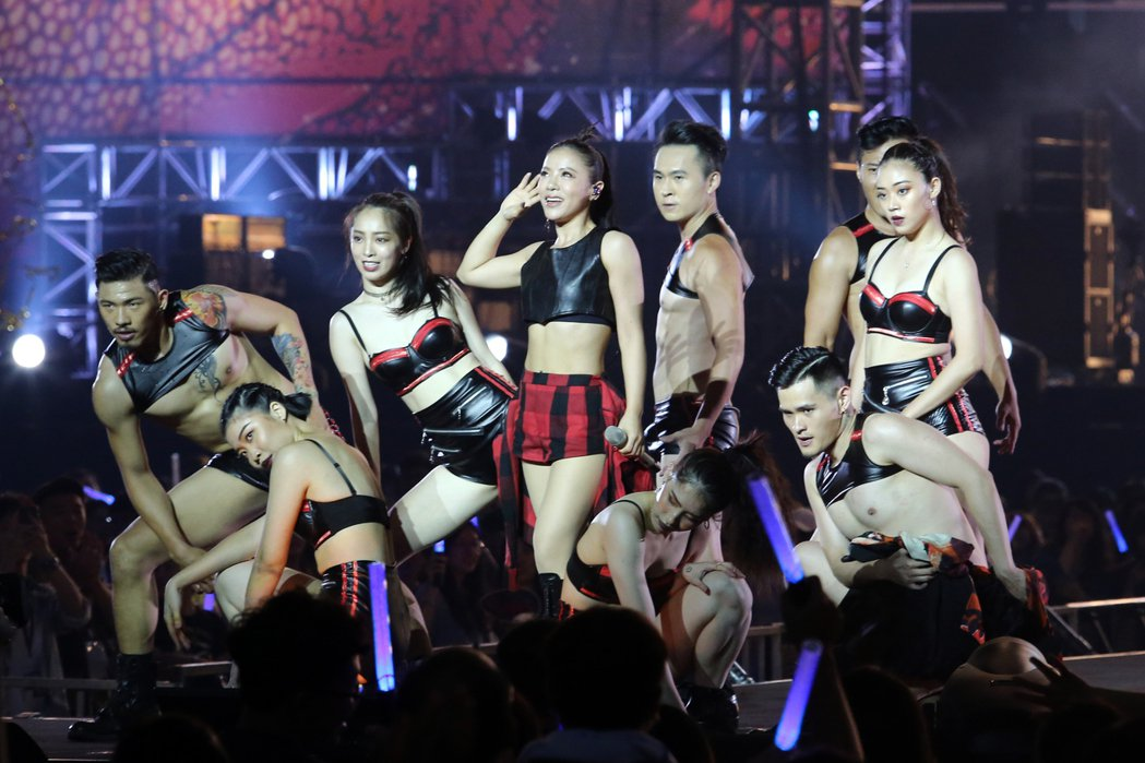 丁噹(中)在台上載歌載舞。記者許正宏/攝影