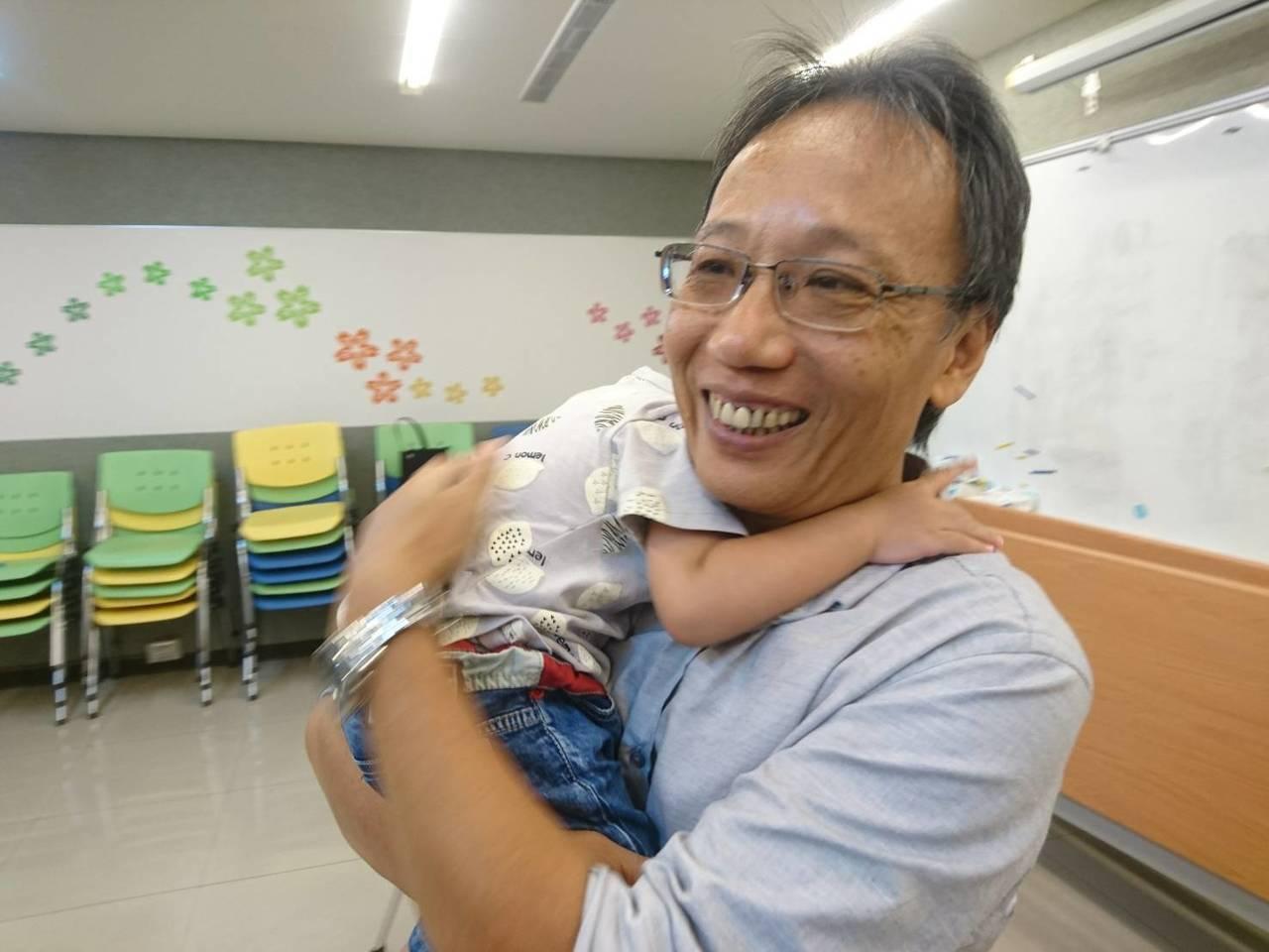 55歲的電機工程員簡志忠當了14年的寄養爸爸,自己的孩子長大了,他繼續照顧別人小...