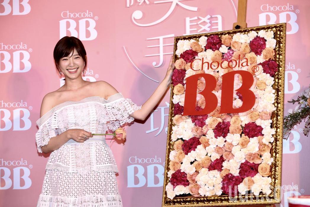 郭雪芙展示完成的花藝創作。記者徐兆玄/攝影