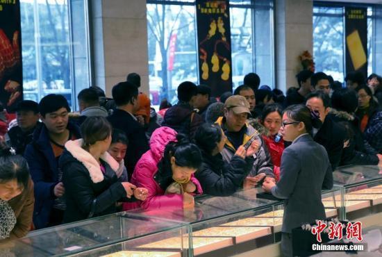 許多大媽級的消費者在首飾店購買金飾。中新社資料照片