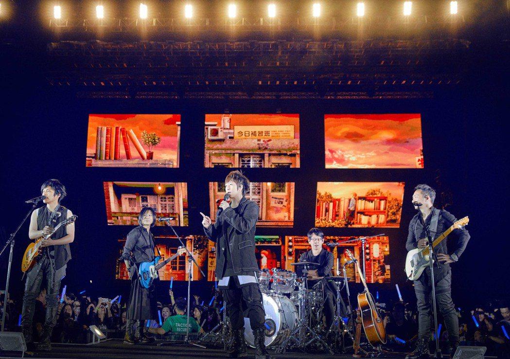 五月天5月在香港舉辦「2019 Just Rock It!!! 藍|BLUE」演...