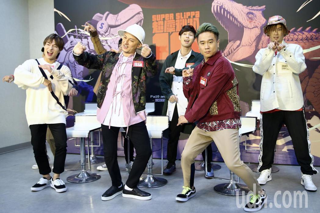 來台參加超犀利趴的日本團體DA PUMP,介紹媒體記者聯訪時,近距離表演爆紅名曲...