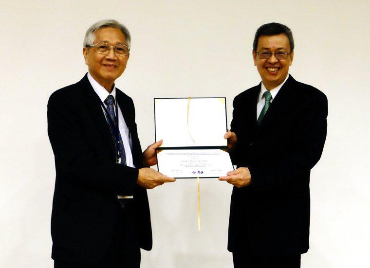 台灣肝臟學術文教基金會董事長張文宇(左)致贈感謝狀給陳建仁副總統(右)。