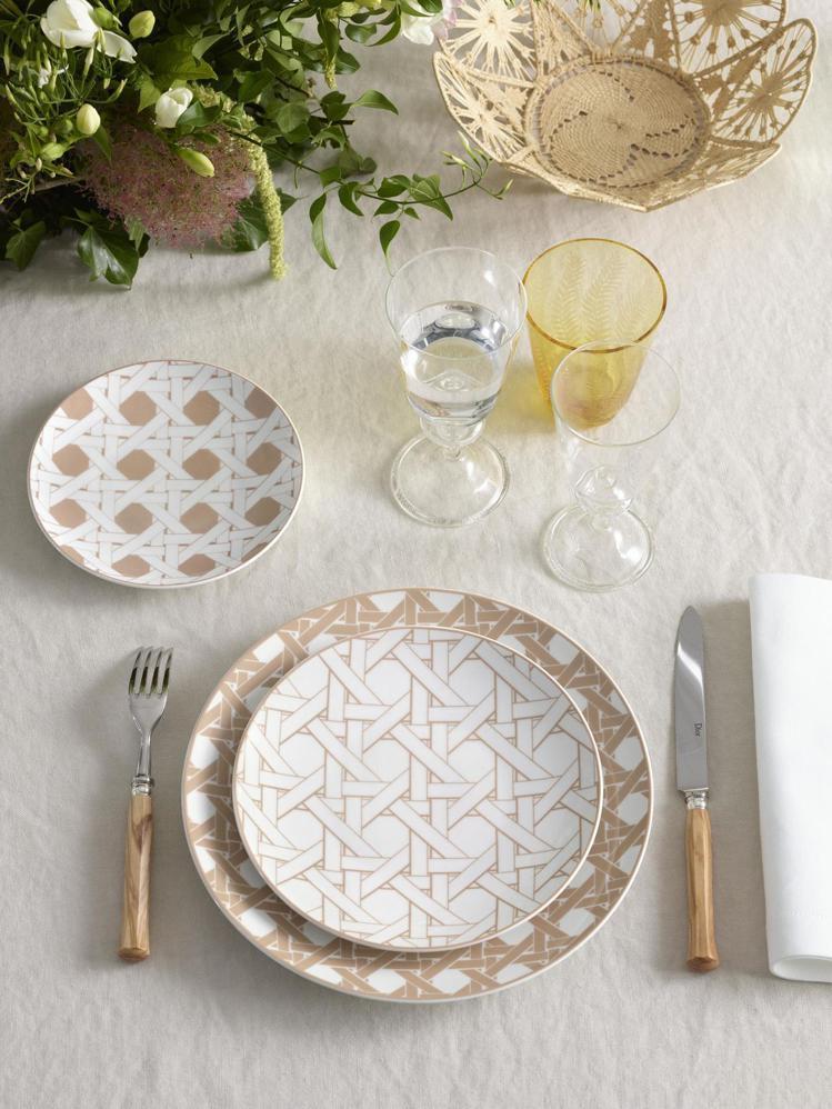 DIOR Maison家飾系列專賣店陳列籐格紋系列餐瓷。圖/DIOR提供