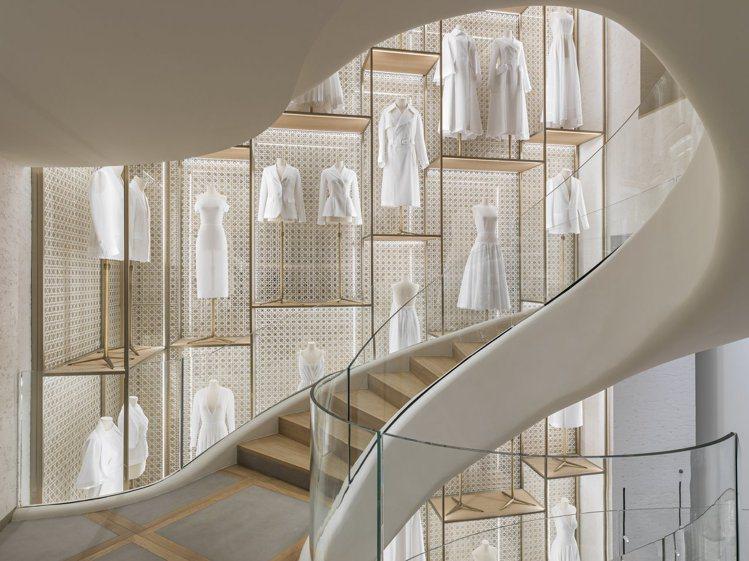 迴旋梯延展如緞帶繚繞在香榭麗舍精品店內,歌頌Dior先生鍾愛的曲線美感。圖/DI...