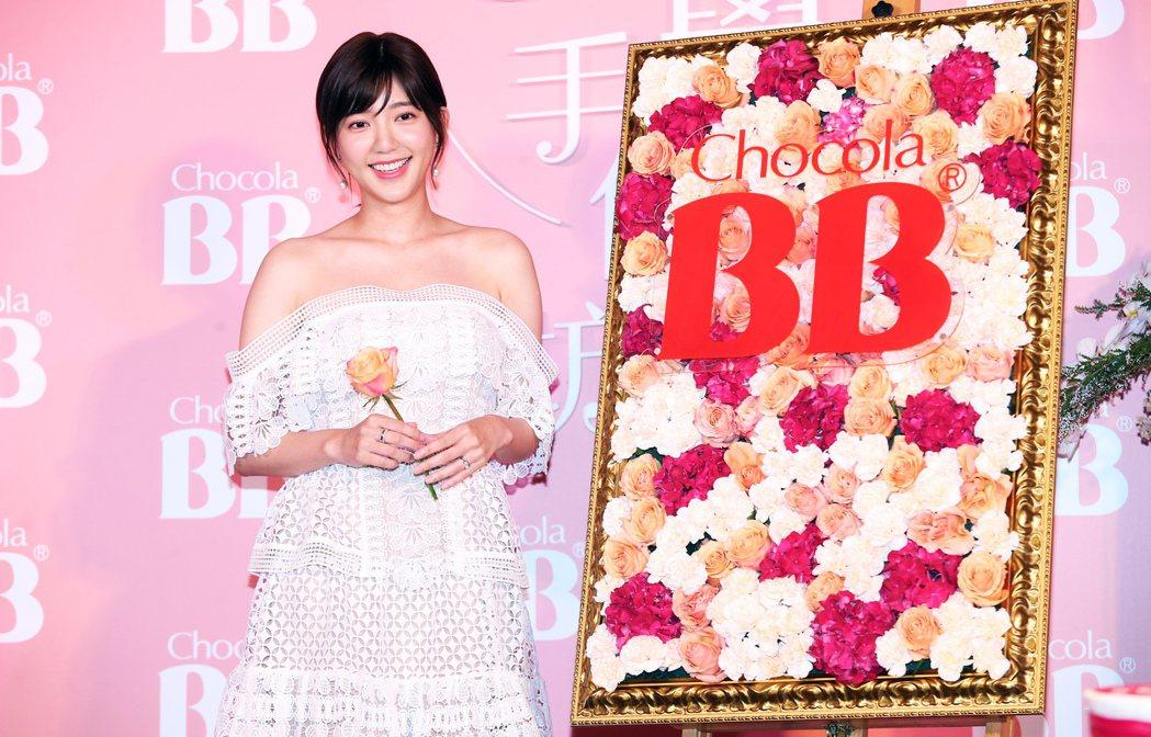 郭雪芙昨天出席日系藥妝品牌的記者會,在記者會現場巧手完成花藝創作。記者徐兆玄/攝