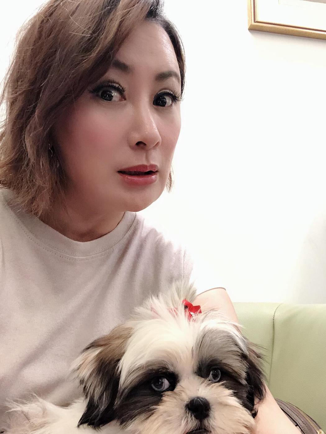 陳亞蘭有小情人愛犬陪伴,情人節不孤單。圖/寶麗來提供