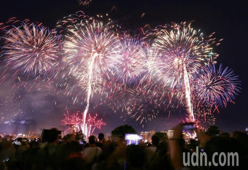 大稻埕煙火節去年施放長達480秒煙火。記者曾原信/攝影