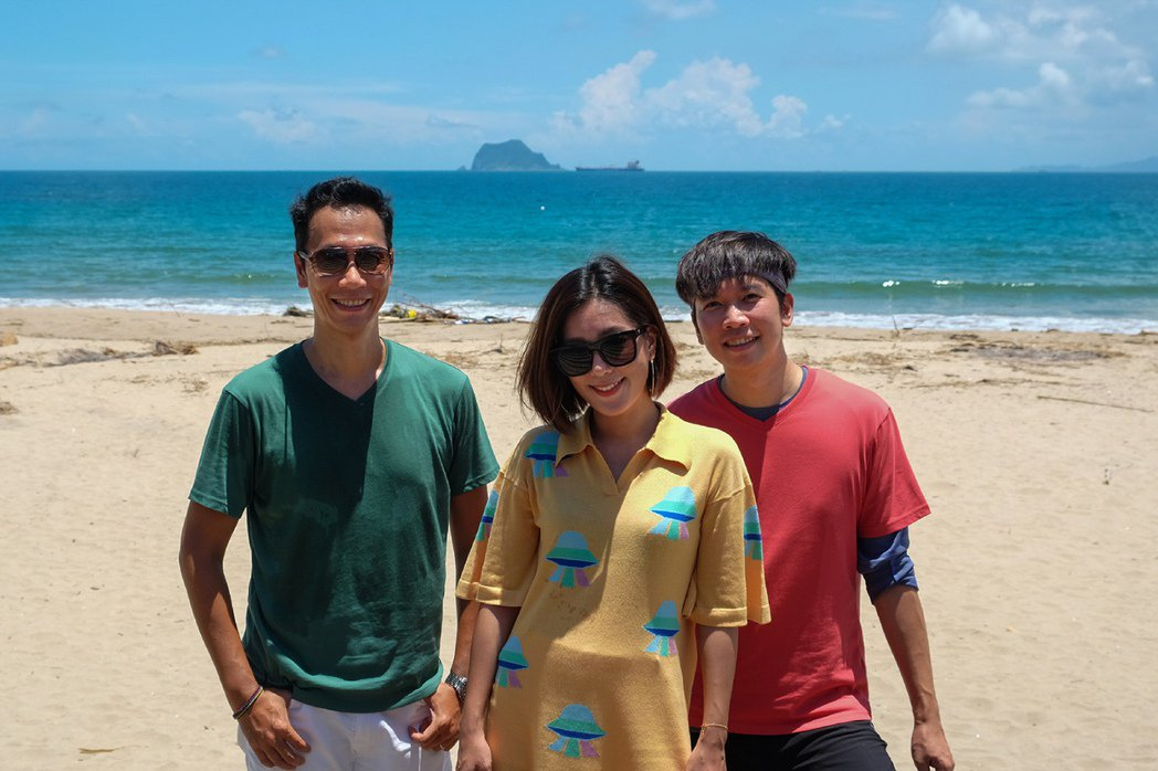 「小男孩樂團」帶粉絲一起淨灘,昌哥(左起)、米非、漢斯。圖/滾石唱片提供