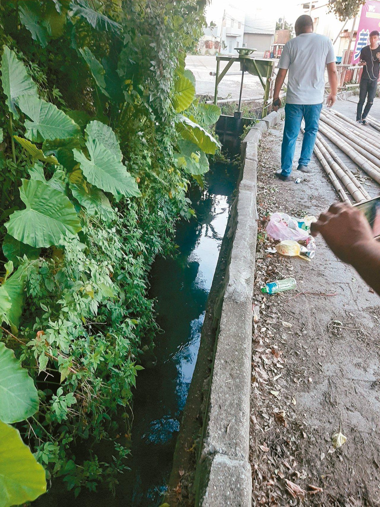 新北環保局稽查人員趕到時,遭汙染水溝已轉為清澈。 圖/環保局提供