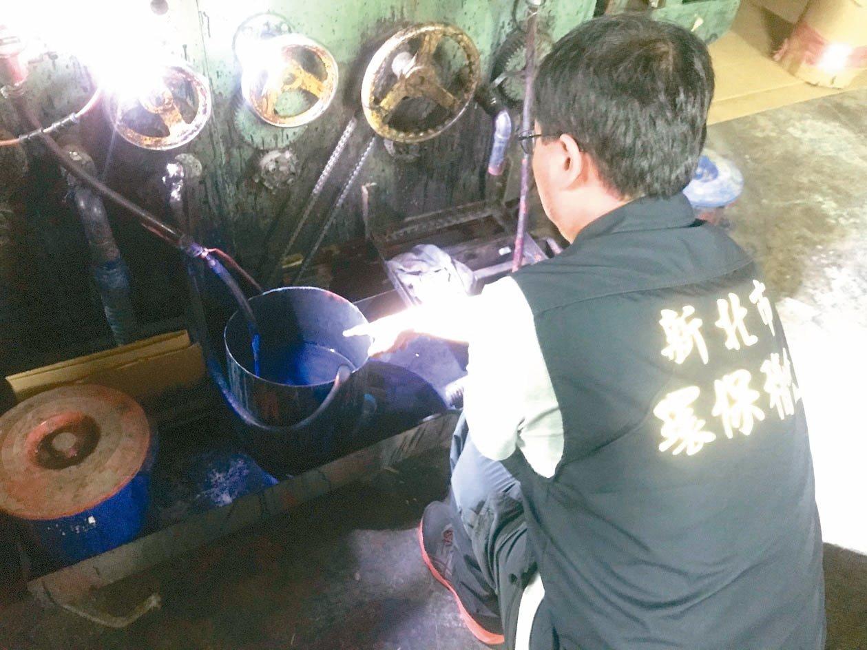 新北環保局稽查人員發現璟豐紙品公司廠內的桶子,還有藍色廢液殘跡。 圖/環保局提供