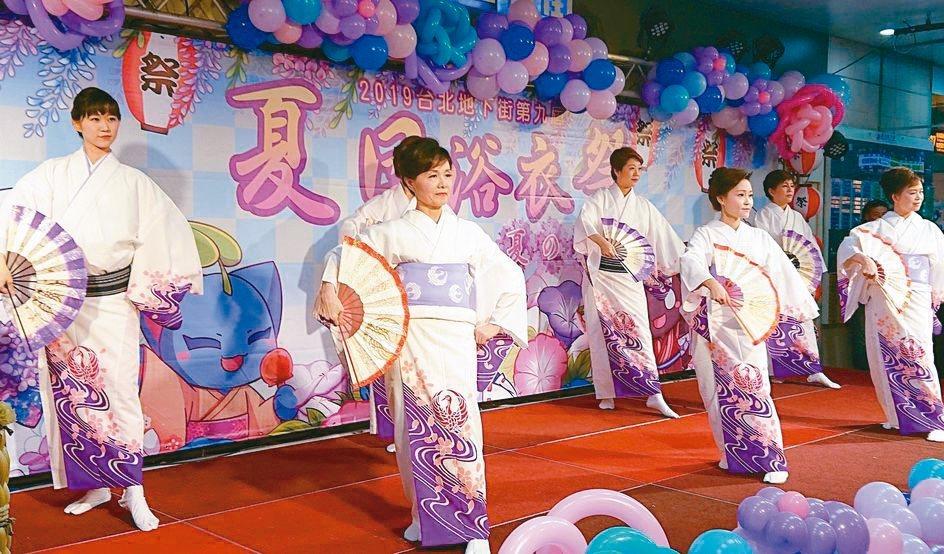 「第九屆夏日花火浴衣祭」昨天有來自日本靜岡藝能團隊的和服舞表演。 記者鍾采蓉/攝...