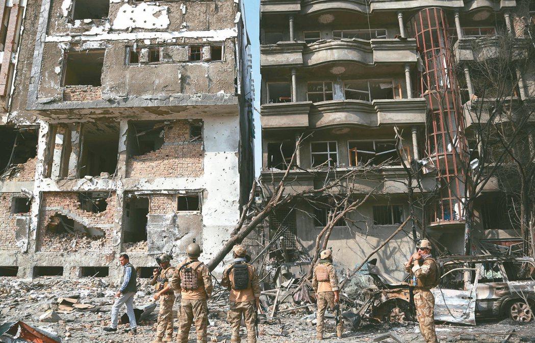聯合國警告,新一波恐攻很可能在今年底前發生。圖為阿富汗安全部隊上月廿九日檢視首都...
