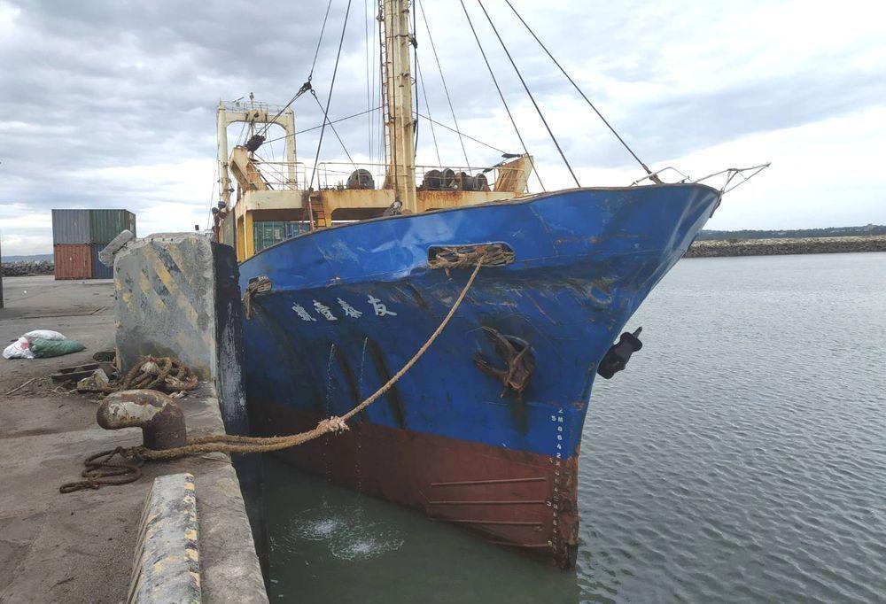 我貨輪「友泰一號」日前與大陸軍艦「龍虎山號」擦撞,差點被挾帶往廈門,最後海巡成功...