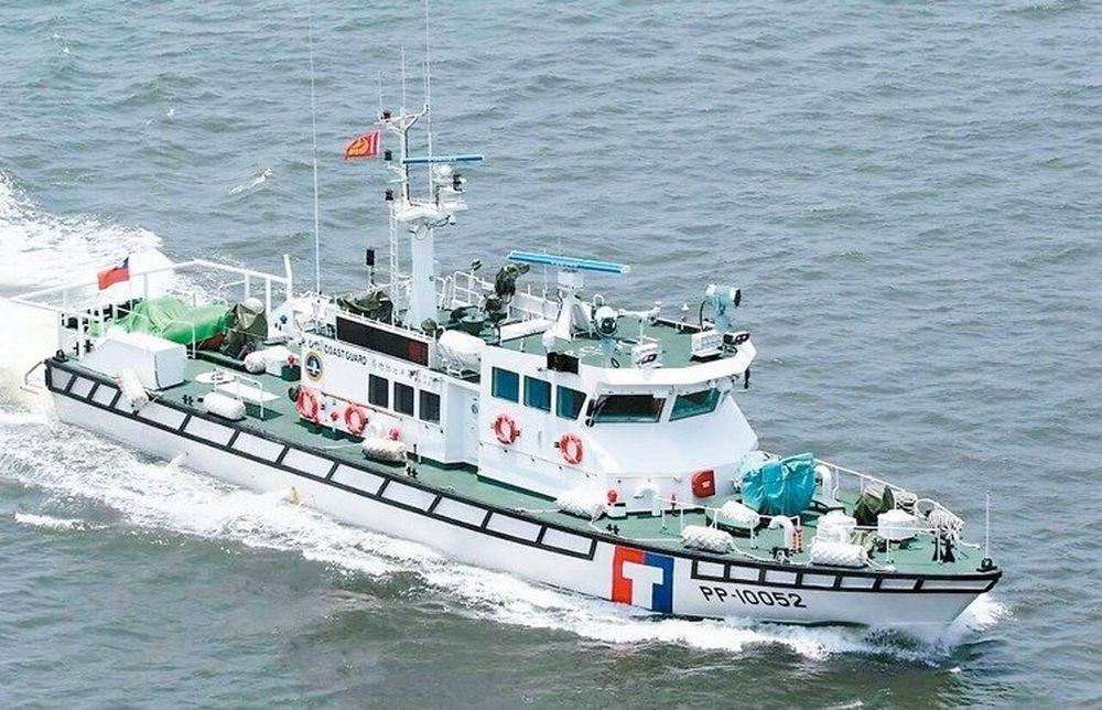 海巡百噸級巡防救難艇,日前掩護我方貨輪返回金門。 圖/海岸巡防署提供