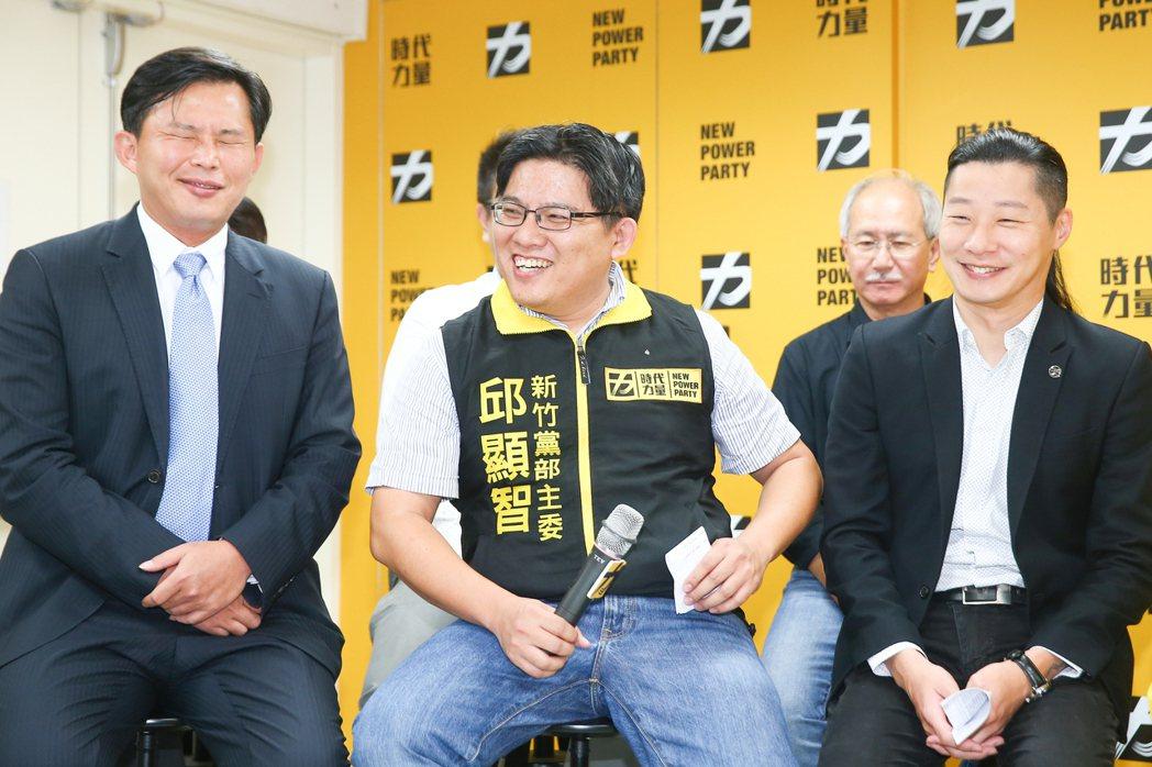 2018年時任黨主席的黃國昌(左起)與邱顯智、林昶佐同框介紹黨內16位議員當選人...