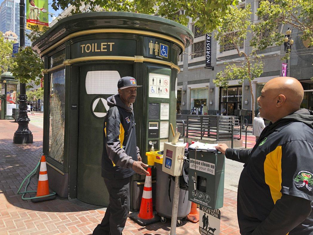 舊金山孩童抱怨上學途中常在躲避人行道上的人類排泄物,於是當地政府開始著手改善狀況...